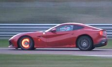 Här är Ferrari F12-föraren som ger allt – och lite till
