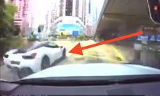 Ska styla med sin Ferrari 458 i stadstrafik – kraschar brutalt