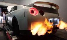 Nissan GT-R på rullande landsväg – det går hett till!