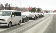 Unika bilder: Fyra Bugatti Chiron på vintervägar i Norrland