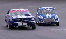 Vilken kamp – lilla Mini Cooper mot stora stygga Ford Mustang