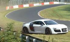 Audi R8-förare gör fantastisk räddning – men kraschar ändå