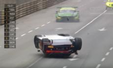 Audiföraren hamnade upp-och-ned efter läskig krasch – vann ändå!