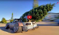 Mazda Miata med super-stance köper jättestor julgran – inga problem
