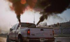 Spyr ut kolsvarta avgaser i protest mot Barack Obama