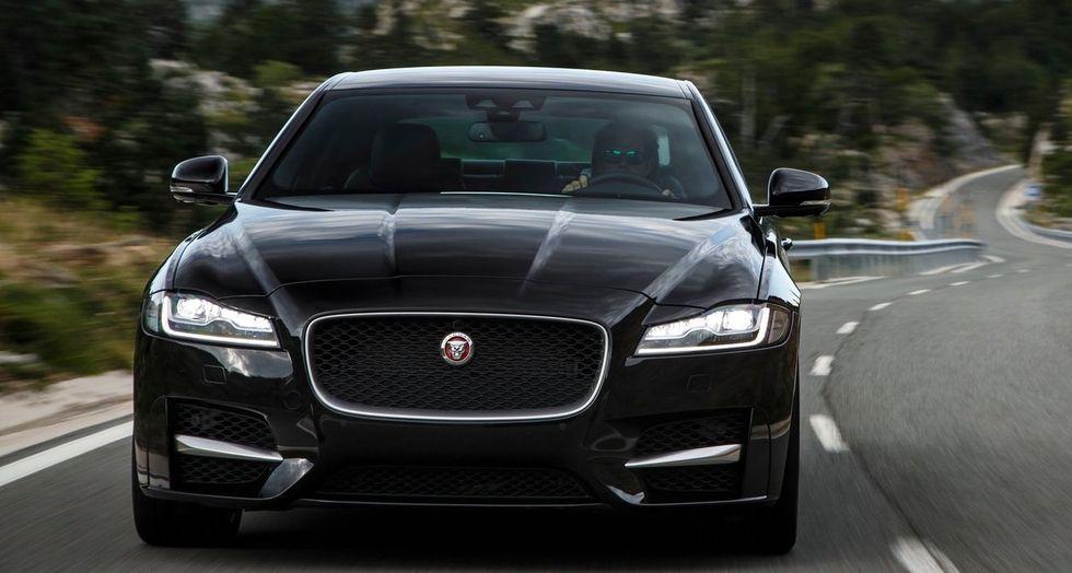 På tredje plats hamnar Jaguar XF som även den övertygar med låg ljudnivå  och hög fjädringskomfort. Engelska landsvägar kan vara i lika risigt skick  som ... 923aa30600b12